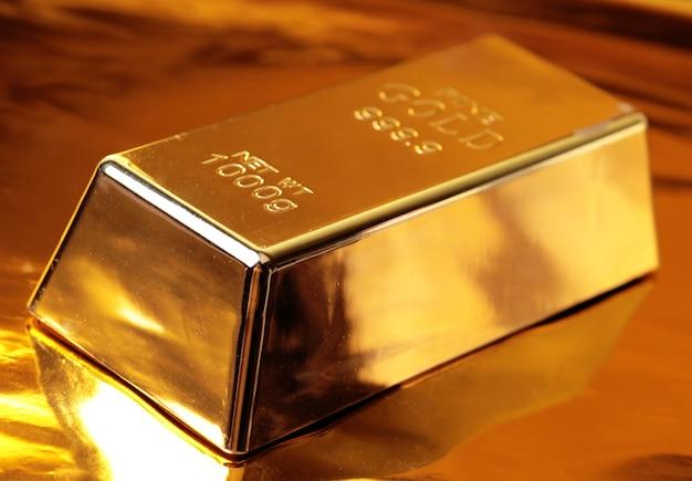 Barras de ouro em um dourado