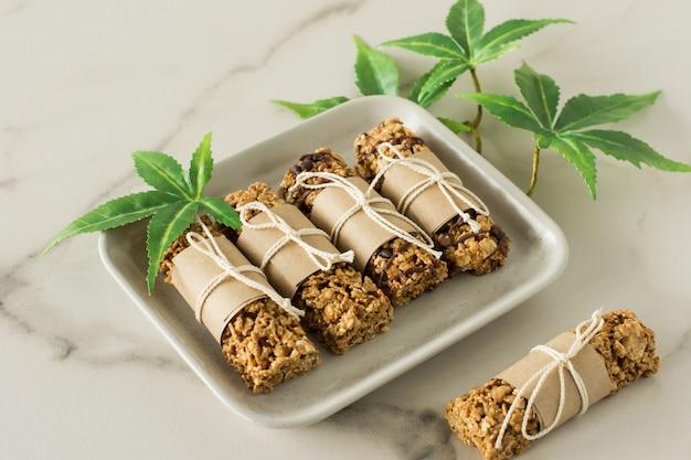 Barras de proteína de chocolate caseiras com sementes de cânhamo e datas. comida vegana saudável.
