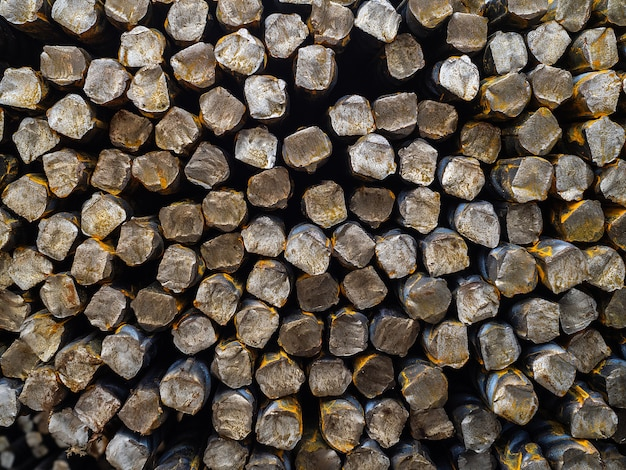 Barras de reforço de aço. a base do vergalhão para fortalecer o concreto. um grande número de barras de ferro