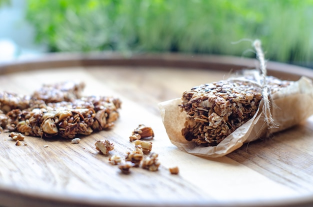 Barras doces saudáveis com nozes, gergelim, cereais e mel