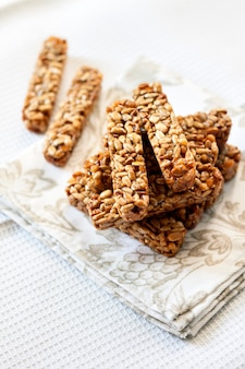 Barras gozinaki feitas de sementes de girassol e mel
