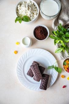 Barras ou barras de queijo cottage em cobertura de chocolate sobremesa tradicional húngara turo rudi