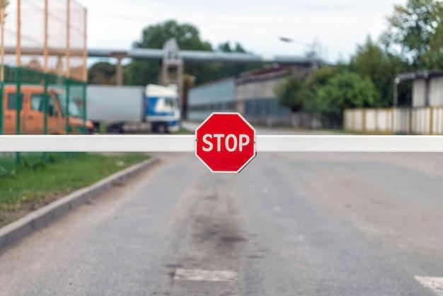 Barreira automática com um sinal de stop.