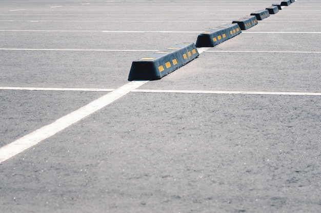 Barreira de borracha moderna para carros no estacionamento de verão.
