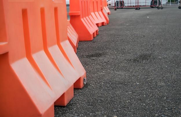 Barreira de plástico laranja alinhada na estrada