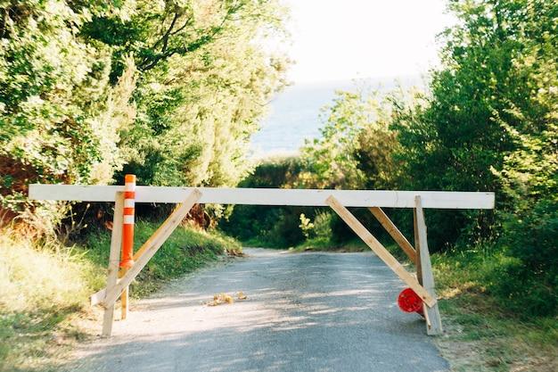 Barreira na entrada da floresta no meio da estrada