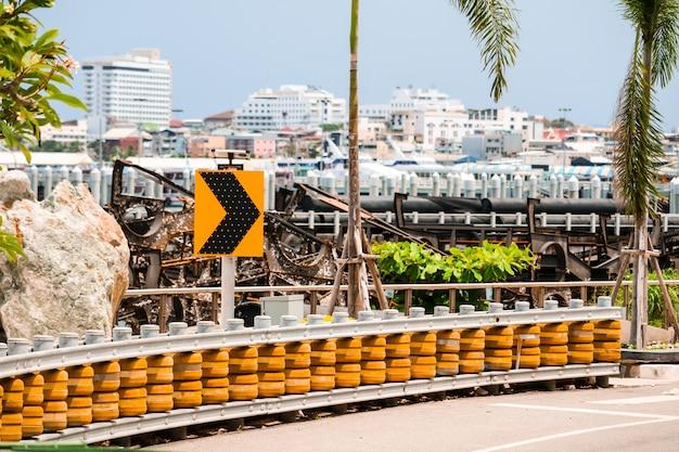 Barreiras de roletes instaladas em estradas íngremes curvas e morro abaixo para proteger o acidente