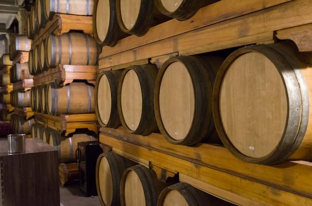 Barricas de carvalho para envelhecimento de vinho em adega subterrânea no vale dos vinhedos