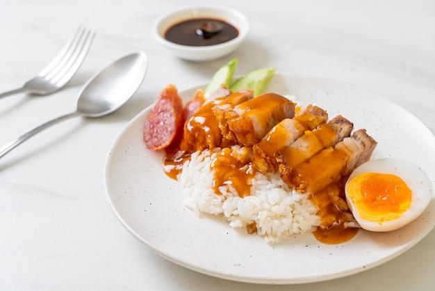 Barriga de porco crocante com arroz e molho vermelho de churrasco