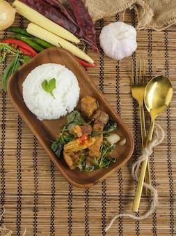 Barriga de porco crocante com manjericão tailandês. prato tailandês clássico