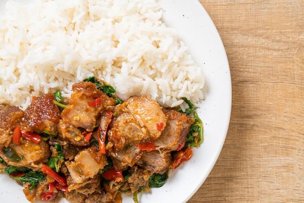 Barriga de porco crocante frita e manjericão com arroz