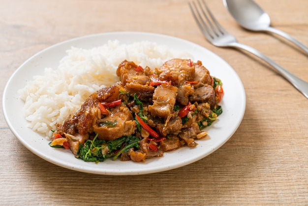 Barriga de porco crocante frito e manjericão com arroz