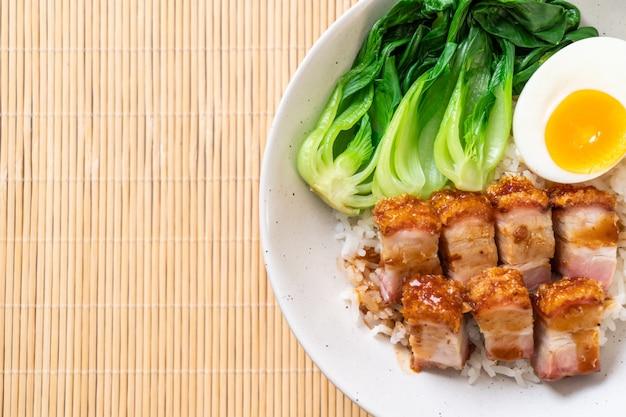 Barriga de porco crocante no arroz coberto