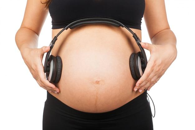 Barriga de uma mulher grávida.