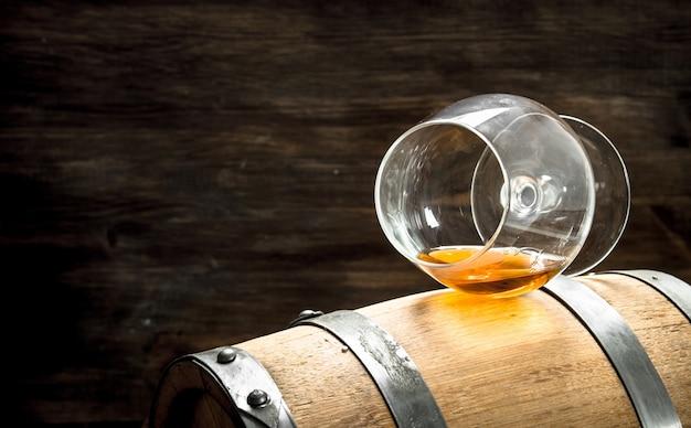 Barril com um copo de conhaque.