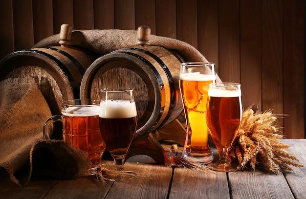 Barril de cerveja com copos de cerveja na mesa de madeira
