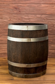 Barril de madeira cheio de vinho