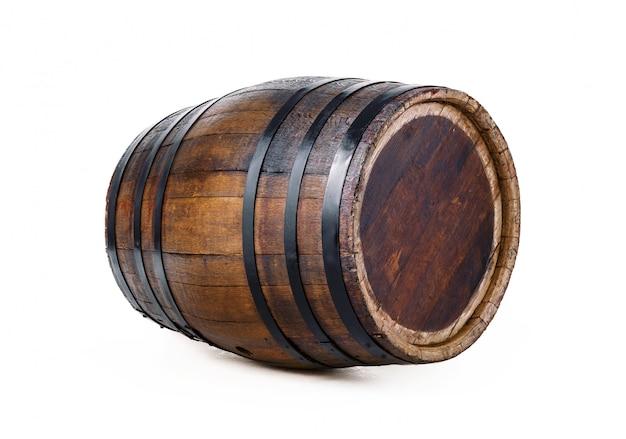 Barril de madeira com anéis de ferro. isolado no branco.