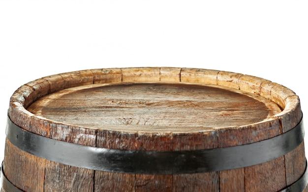 Barril de madeira com argolas de ferro.