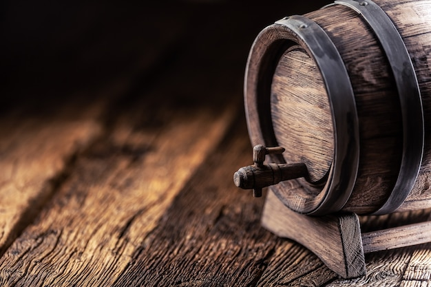 Barril de madeira com wiskey, vinho, conhaque, rum ou cerveja.