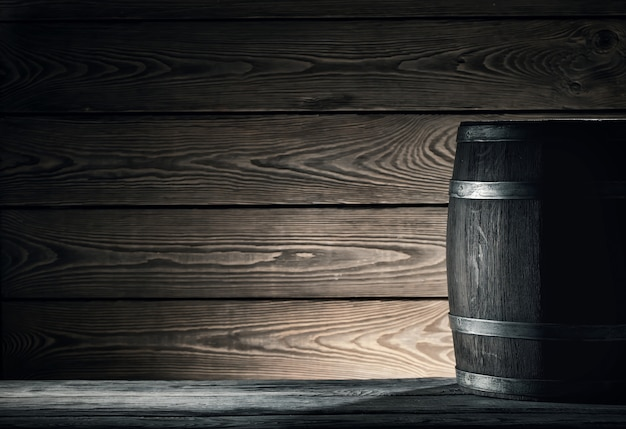 Barril de madeira velho