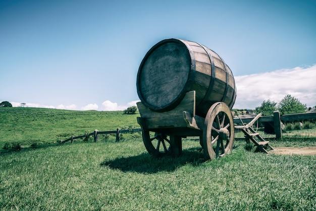Barril de vinho no campo de grama verde em tom vintage