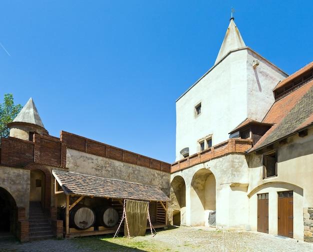 Barril de vinho no pátio do castelo medieval krivoklat, na república tcheca