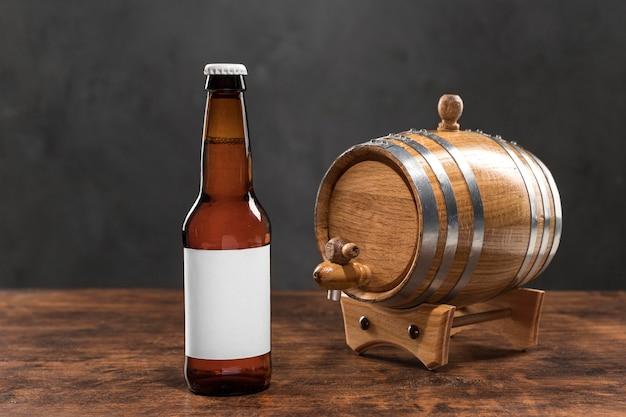 Barril e garrafa de cerveja com vista frontal
