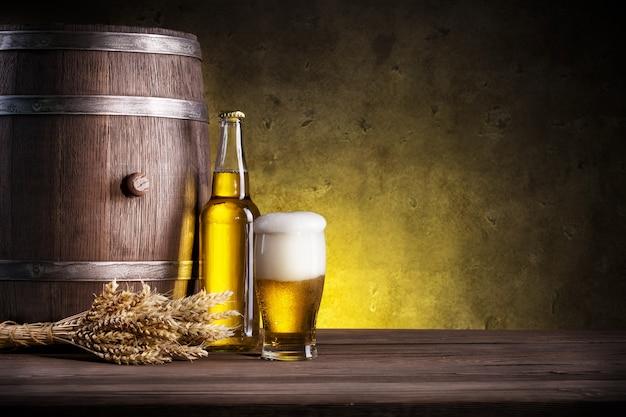 Barril, garrafa e copo de cerveja