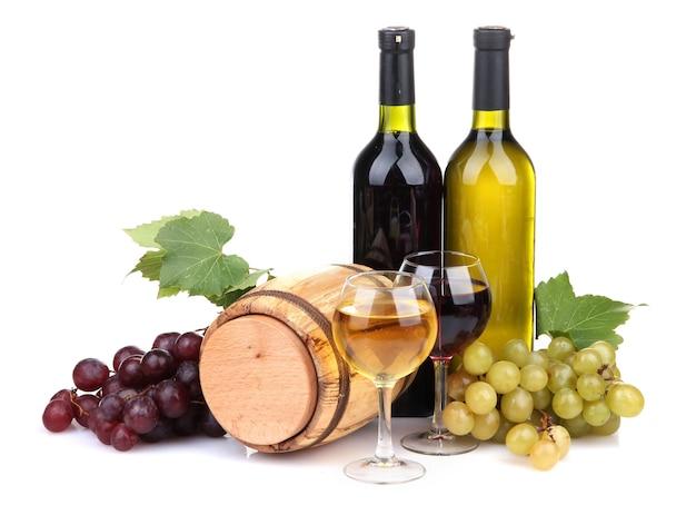 Barril, garrafas e copos de vinho, uvas, isolado no branco
