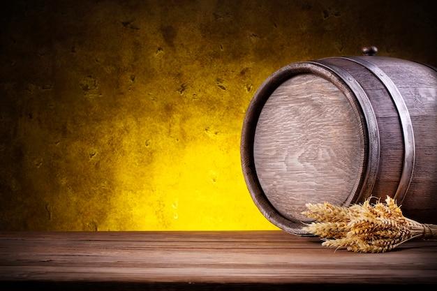 Barril redondo de madeira com picos em amarelo