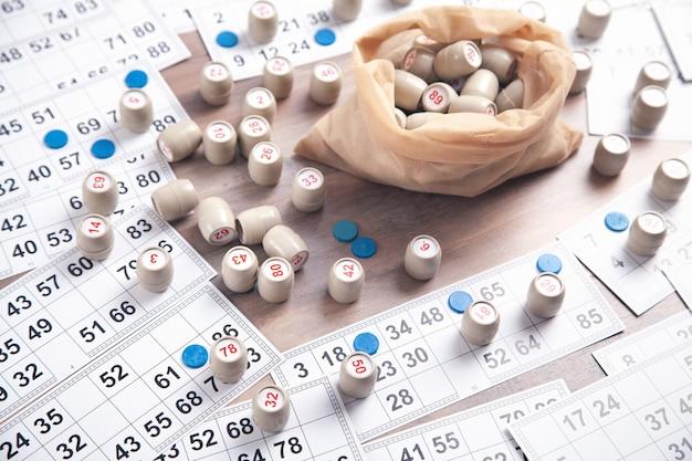 Barris com números e cartas para jogos de loteria.