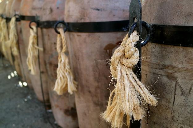 Barris de barro da pisco brandy peruana na vinícola na região de ica, peru, américa do sul