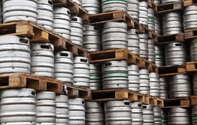 Barris de cerveja em linhas regulares