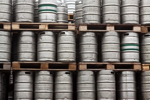Barris de cerveja em linhas