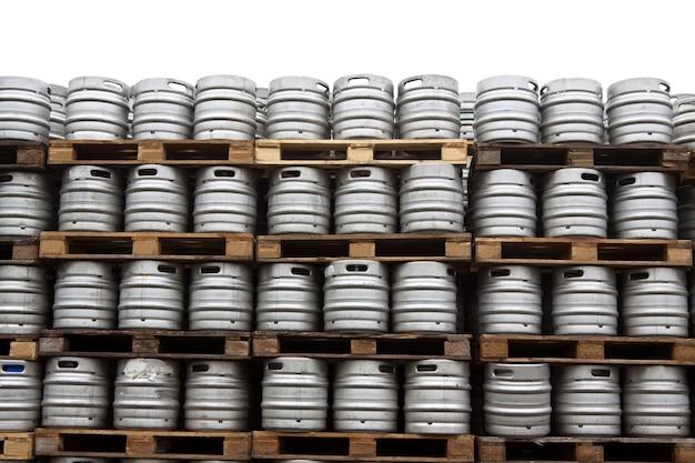 Barris de cerveja no branco