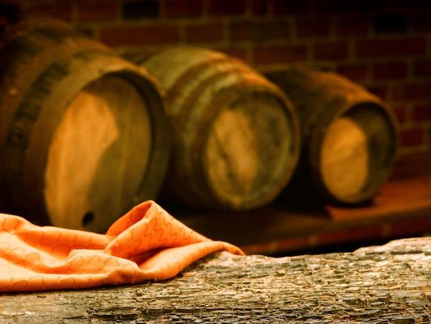 Barris de madeira em uma adega de degustação de vinhos