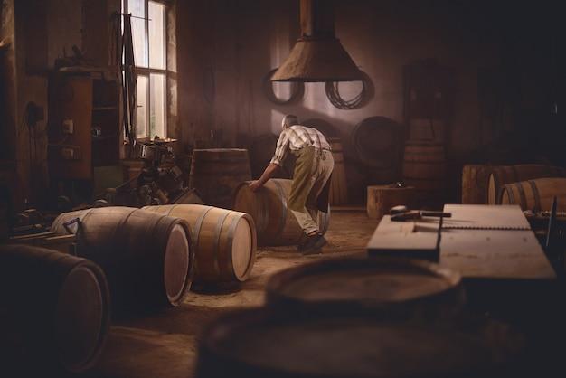 Barris de madeira em uma cooperativa, oficina de barril