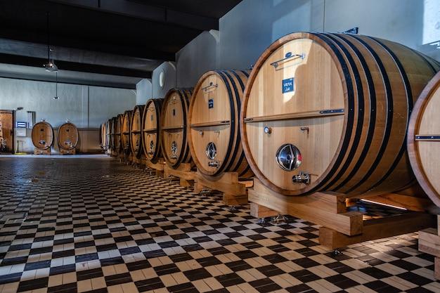 Barris de madeira, envelhecimento, processo de fermentação, loja na adega moderna, piso de xadrez