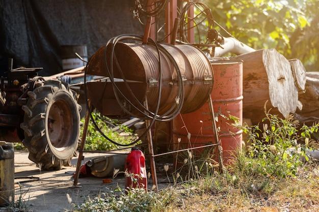 Barris de óleo velhos estão prontos para reciclar industrial