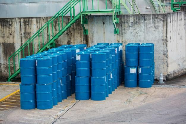 Barris de óleo verdes ou símbolo de advertência de tambores químicos verticais empilhados.