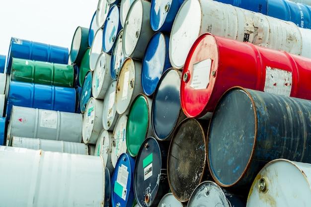 Barris de produtos químicos antigos com etiqueta de aviso de líquido inflamável tanque de óleo de aço resíduos tóxicos em tanque de metal