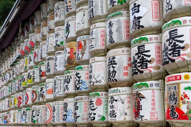 Barris de saquê se alinham em exibição em frente à entrada do santuário meiji