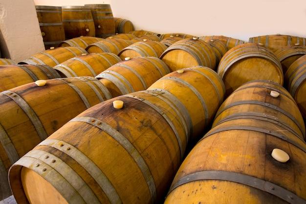 Barris de vinho de madeira de carvalho na adega