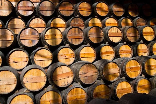 Barris de vinho de madeira em uma adega