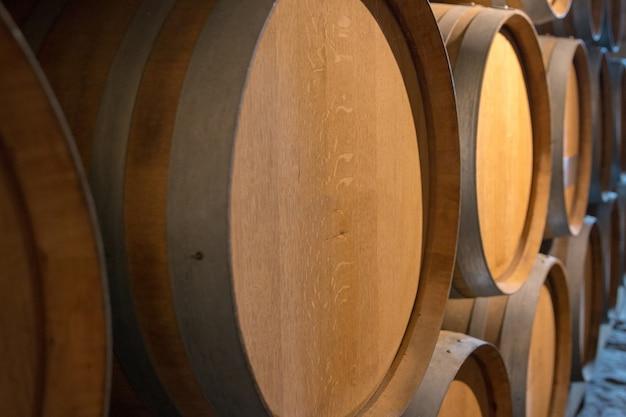 Barris de vinho na adega do castelo