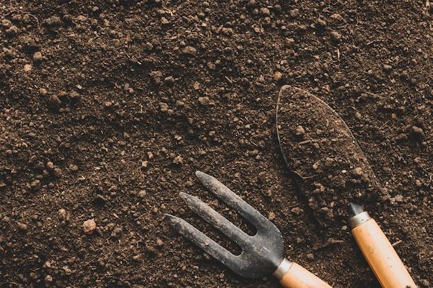 Barro para plantio e ferramentas agrícolas.