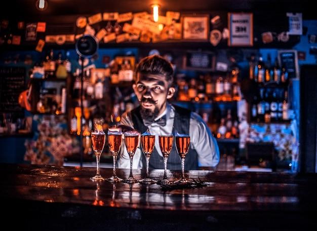 Bartender faz um coquetel na cervejaria