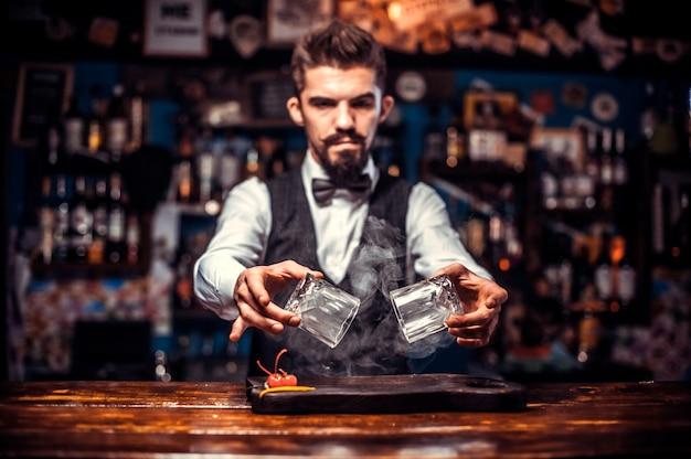Bartender faz um coquetel na portaria