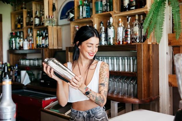 Bartender fazendo coquetel